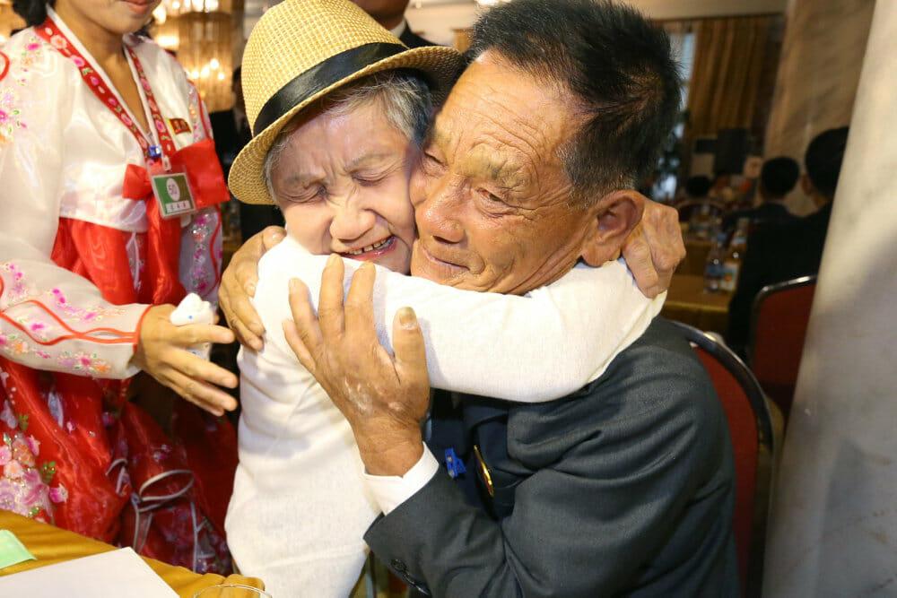 Koreanske familier udveksler sjældne kram på tværs af grænsen