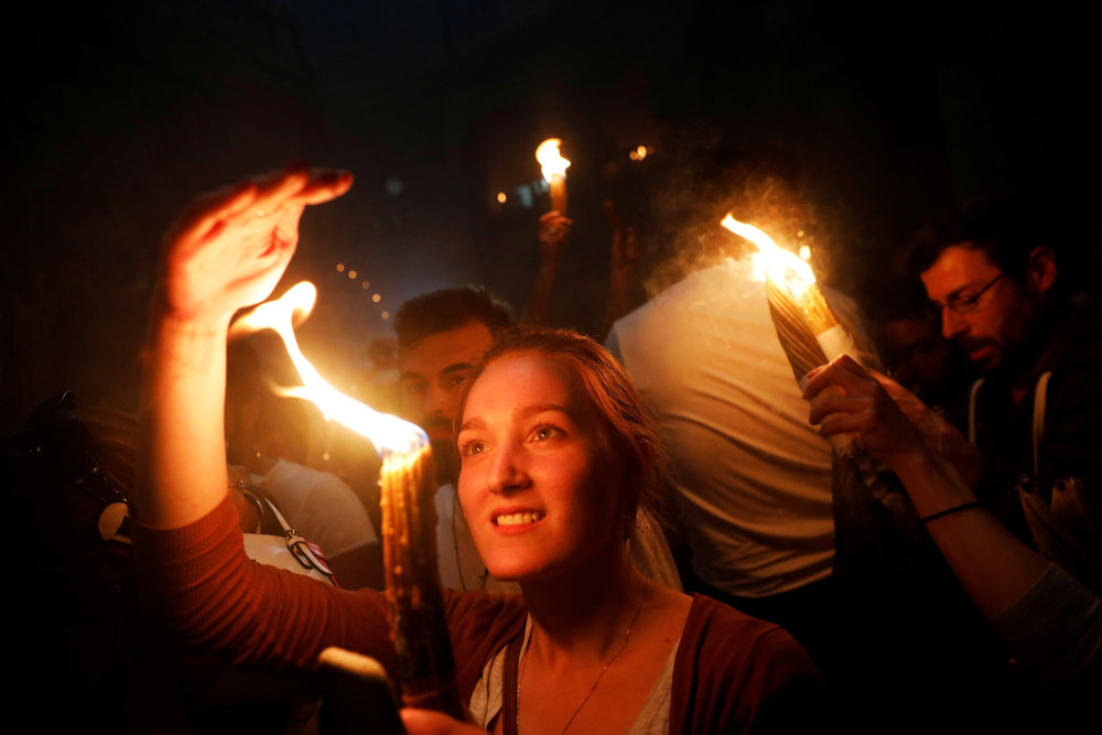 Røgelse, lys og lam: Rejs efter unikke påsketraditioner