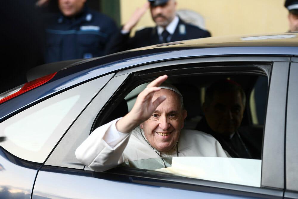 Paven vasker fødder på romerske fanger i minde om ydmyg Jesus