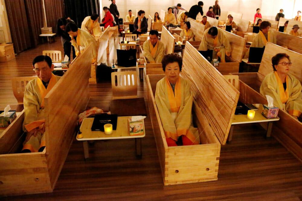 25.000 sydkoreanere begraver sig selv levende i ny service