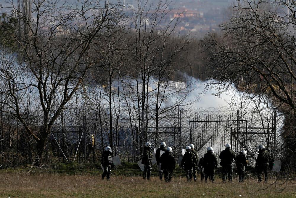 Europas grænse er indhyllet tåregas og røg