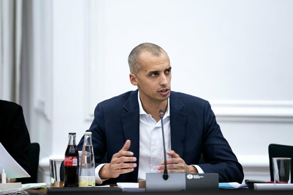 Minister vil forbyde pengedonationer der undergraver demokratiet