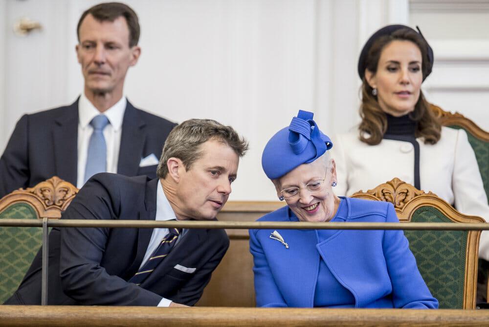 FAKTA: Dronningen samler folket og holder snor i politik