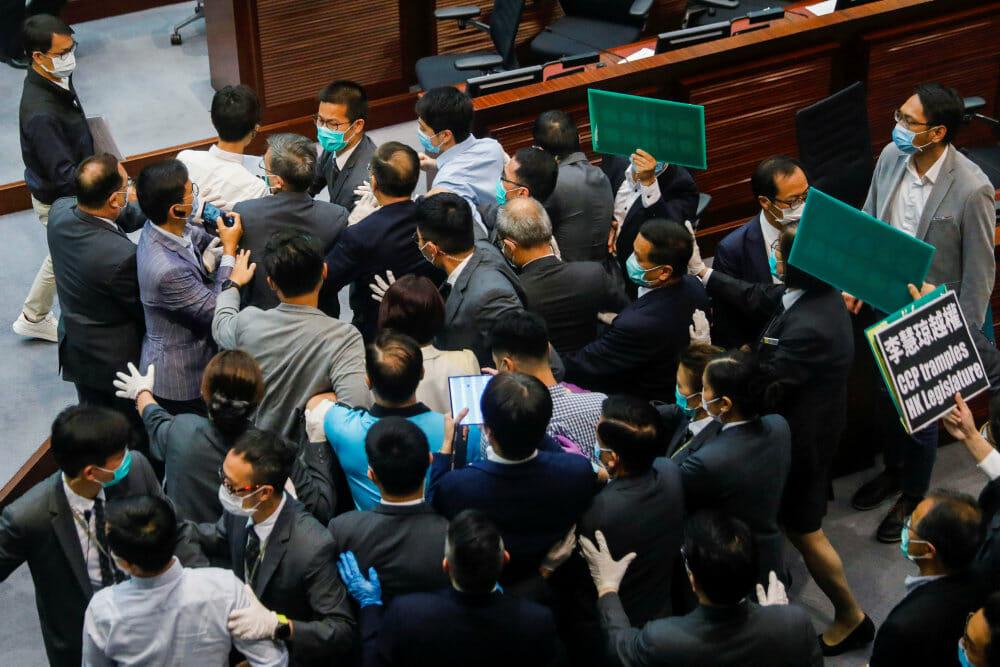 Hongkongs regering vil indføre omstridt lov hurtigst muligt