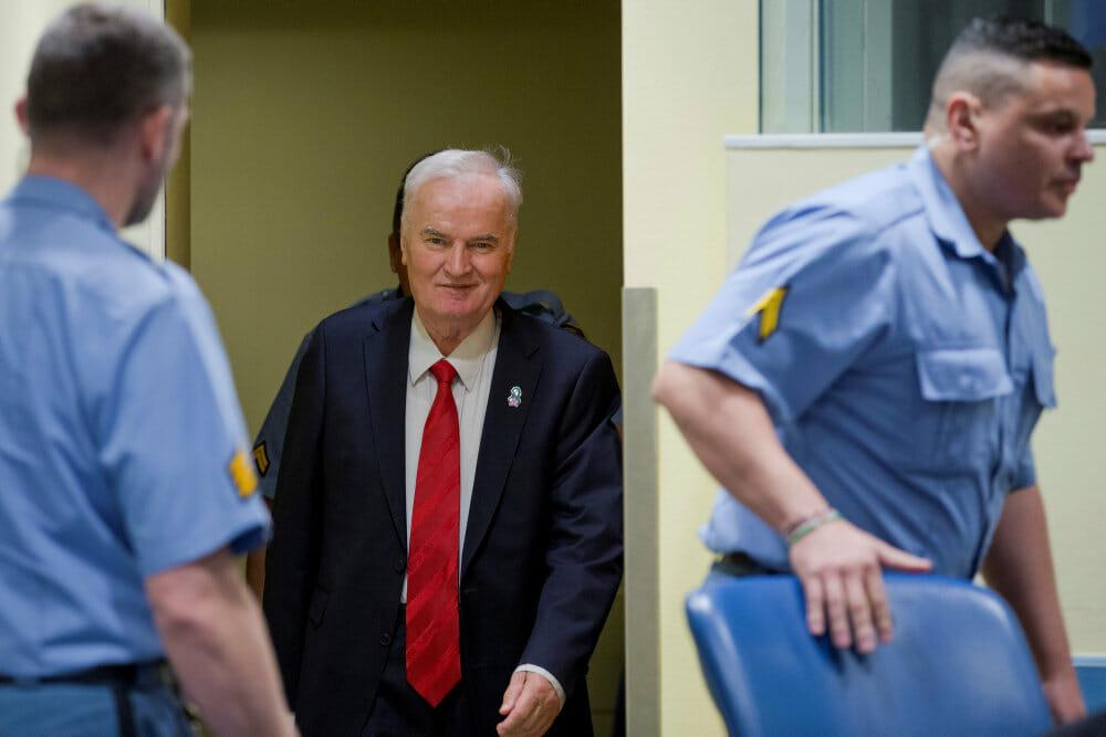 Rasende Mladic får livstid for folkedrab i Bosnien