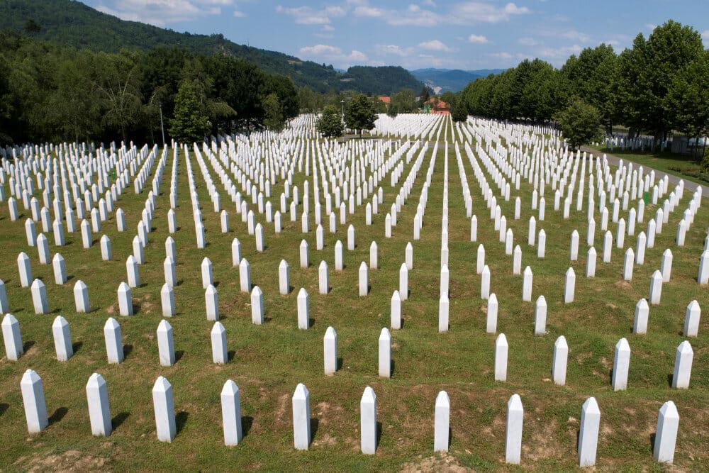 Enkerne efter Europas værste massakre i nyere tid lider stadig