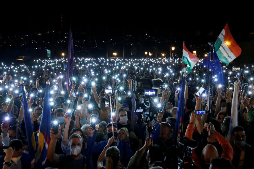Tusindvis af ungarere demonstrerer mod regeringens angreb på ytringsfrihed