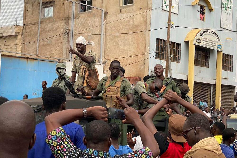 Malis præsident går af for at undgå blodbad