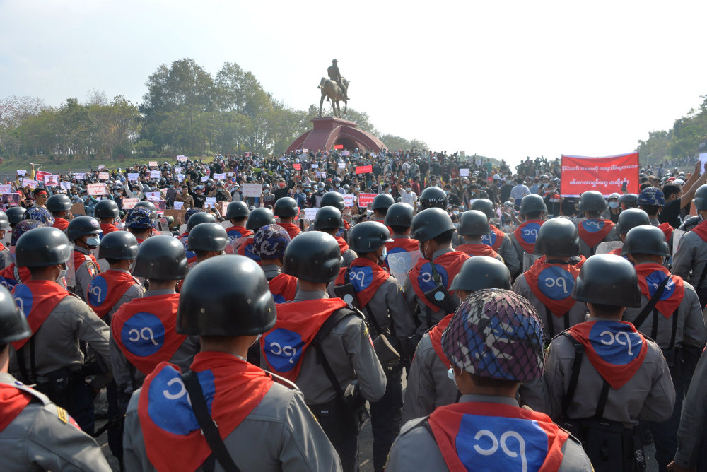 Read more about the article Stigende uro i Myanmar: Vandkanoner mod demonstranter