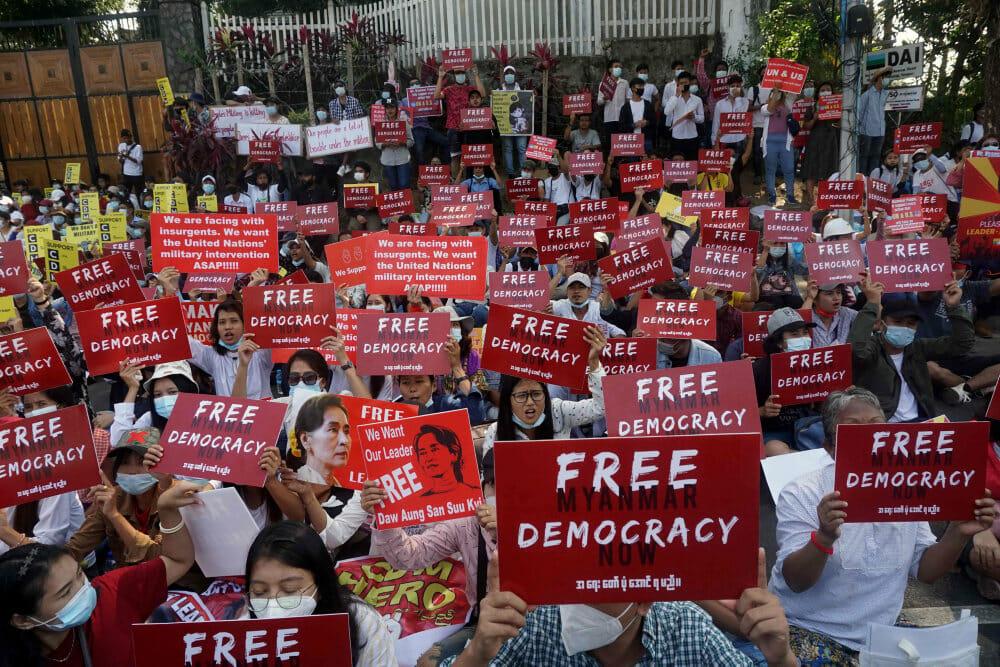 Demonstranter i Myanmar trodser militærstyre med ulydighed