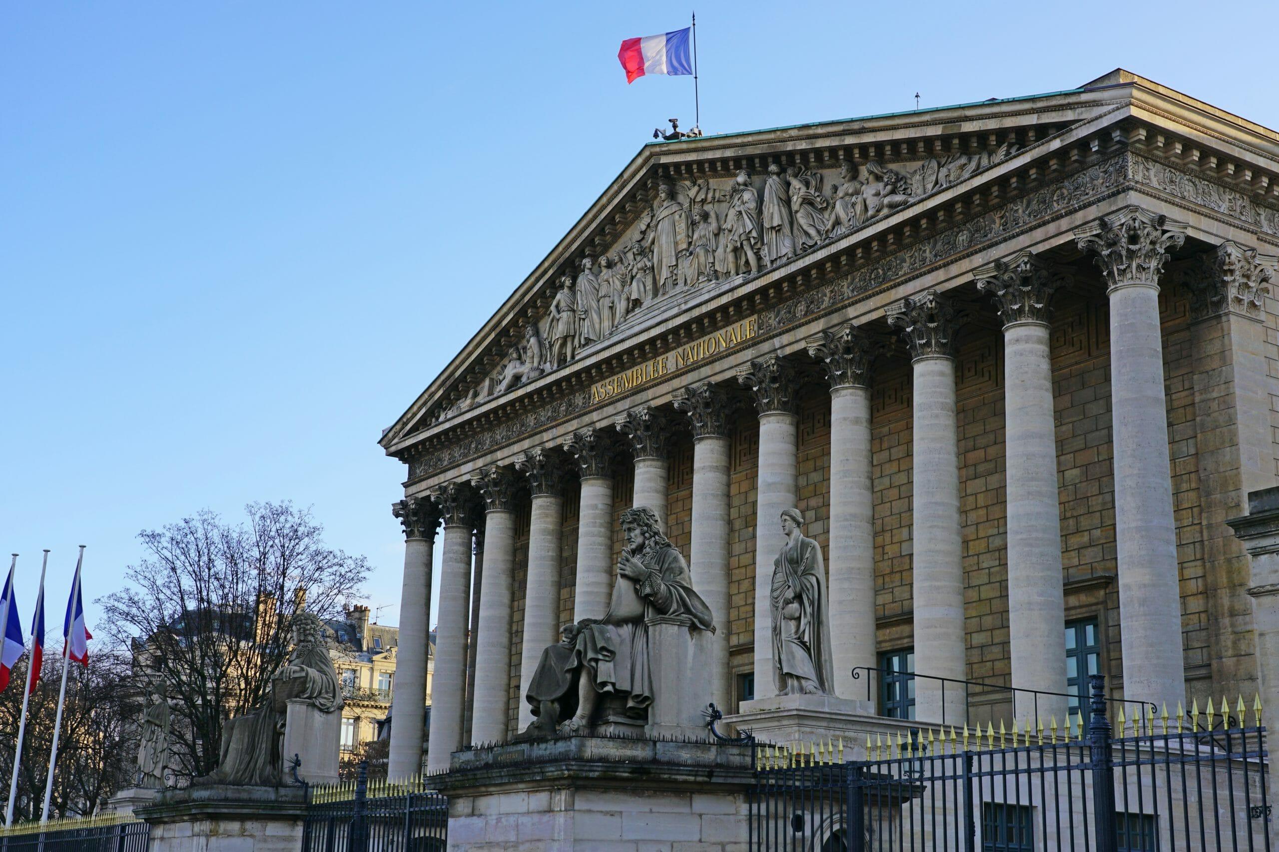 Frankrig vedtager omstridt lov imod islamistisk seperatisme