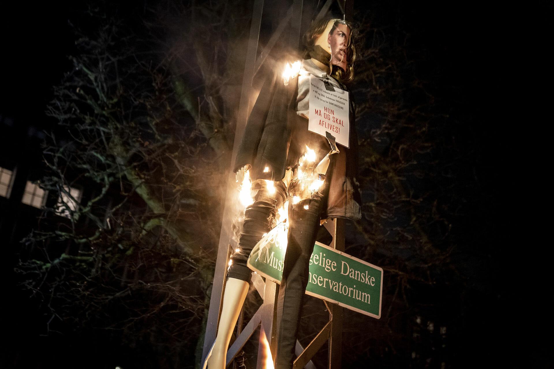 Foto af dukke af statsminister på Facebook fører til politisigtelse