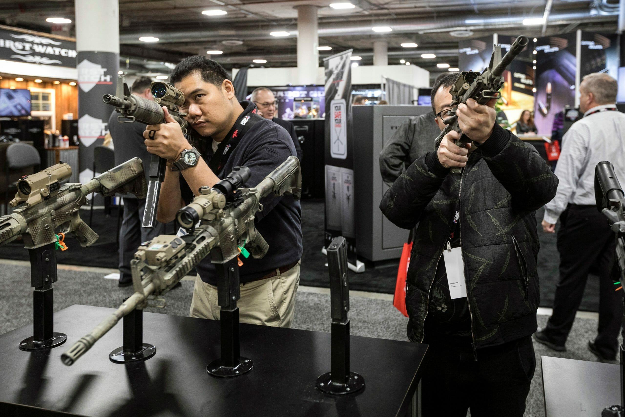 Biden vil forbyde flere våbentyper efter masseskyderi i Colorado