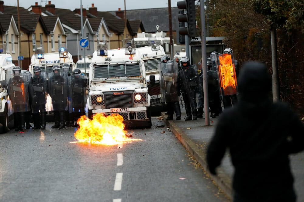 Unge kaster benzinbomber og sten mod politi i Nordirland